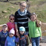 Социальные работники храма поздравили с Днем защиты детей многодетную семью Абдуллиных