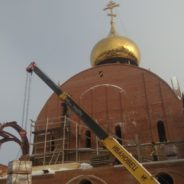 На стройку Свято-Никольского собора были доставлены и подняты на высоту кирпичи